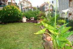 Piso bajo con jardín en urbanización privada con garaje